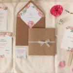Le Partecipazioni di Nozze di Arianna e Gianluca: peonie e carta Kraft per un tocco romantico e Country